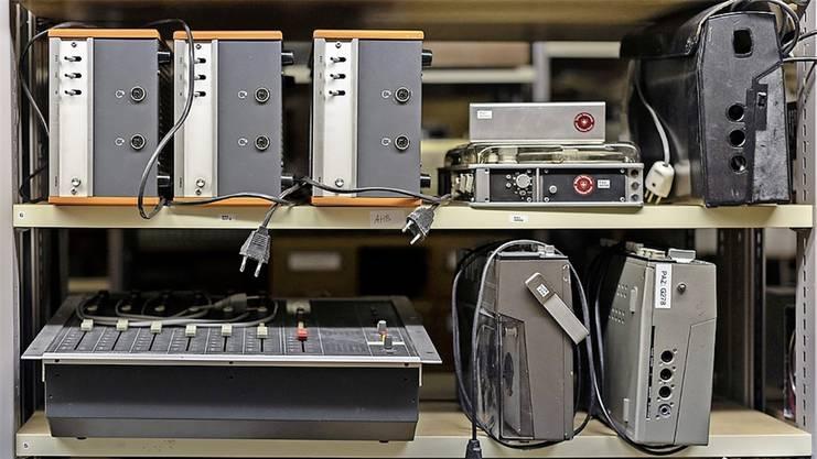 Im Archiv sind auch alte Mischpulte und Aufnahmegeräte zu finden.