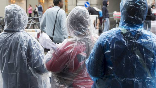 Touristen in Regenjacken unterwegs in Berns Altstadt (Archiv)