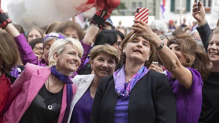 Tausende Frauen bevölkerten nach 11 Uhr schon den Bundesplatz in Bern: Die Nationalrätin Sibel Arslan, (GP/BS), rechts, macht ein Selfie mit Nationalratspräsidentin Marina Carobbio Guscetti, Bundesrätin Viola Amherd und Nationalrätin Isabelle Moret (von rechts).