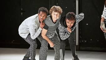 Isak Gurja, Liselotte Berner und Berhane Tesfay stehen für «Zitig läse - Stopp!» auf der Bühne.