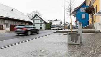 Die Brunnen entlang der Hauptstrasse wurden mit Kopfsteinpflasterplätzen verschönert.