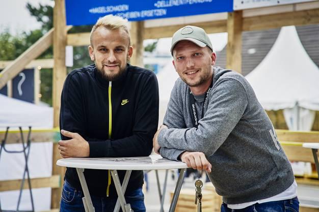 """Armin Milanovic aus Geroldswil und und Mijo Dogas aus Schlieren (von links) sind Freunde und betreiben zum ersten Mal eine Festwirtschaft am Stadtfest. Sie servieren im """"House of Balkan"""" nicht nur Cevapcici und Sliwowitz, sondern räumen auch mit Vorurteilen auf."""