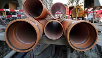 Neue Leitungen sind nötig, dass sich das belastete Wasser nicht mit sauberem mischt.  (Symbolbild)