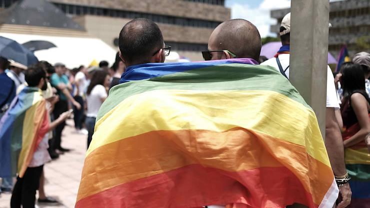 Der Nationalrat will Diskriminierungen von LGBTI-Menschen unter Strafe stellen. Beim Schutz geht er weiter als der Bundesrat. (Symbolbild)