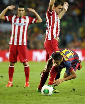 Wir haben gar nichts gemacht: Mario Suarez und Raul Garcia Capitan halten die Hände hoch, während Neymar fliegt.