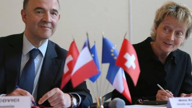 Finanzministerin Widmer-Schlumpf bei der Unterzeichnung in Paris
