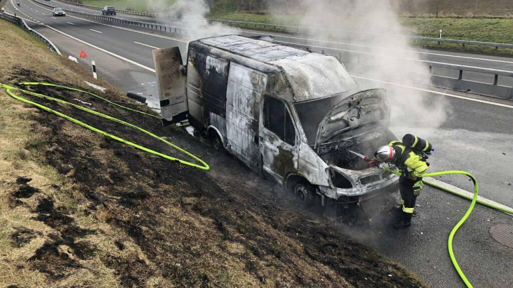 Die Feuerwehr konnte den Brand eines Lieferwagens auf der Autobahn bei Düdingen rasch löschen.