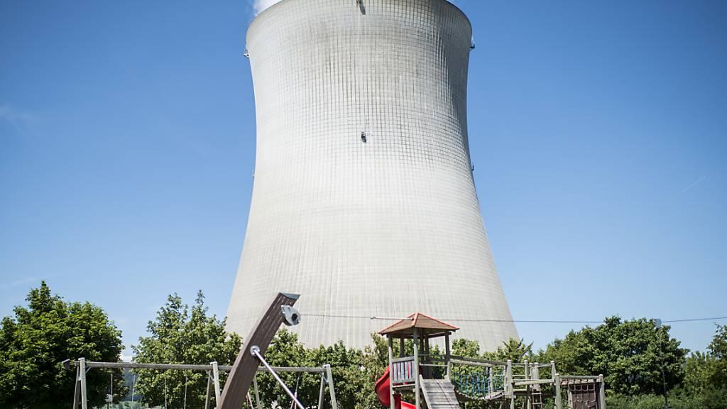 Fünf Monate kommt kein Dampf aus dem Kühlturm: Das AKW Leibstadt AG geht für Revisions- und Erneuerungsarbeiten vom Netz. (Archivbild)