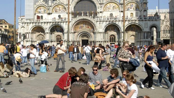 Wegen der Massen an Touristen will Venedig Personenzähler testen. (Archiv)
