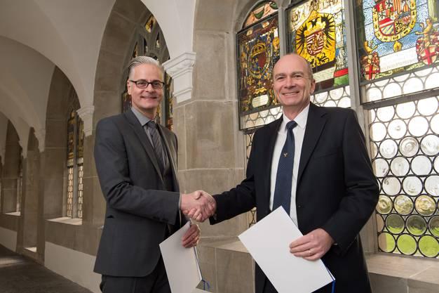 Reto Nussbaumer (kantonaler Denkmalpfleger) und Thomas Suter (Präsident Kirchenpflege Muri) bei der Unterzeichnung des Leihvertrags zwischen Kanton und Kirchgemeinde Muri
