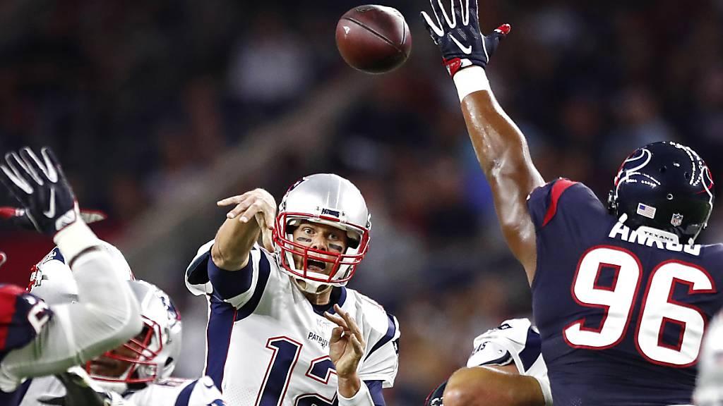 In der NFL ist eine Erhöhung der Schuldengrenze für die Klubs geplant. Im Bild Tom Brady (Nummer 12) beim Abspiel, damals noch im Dress der New England Patriots. Künftig spielt er für Tampa