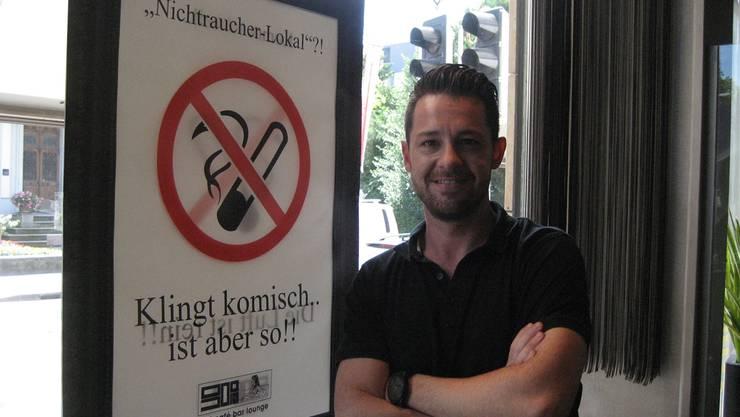 Michel Gayret, Geschäftsführer der 90°-Bar, raucht seit dem Rauchverbot im Lokal selbst auch weniger.
