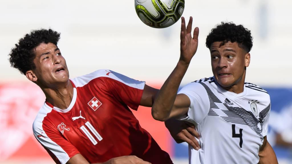 Salah Aziz Binous (links), hier im Tenü des Schweizer U20-Nationalteams