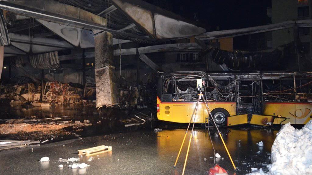 Bei einem Grossbrand in Chur wurde ein Busdepot komplett zerstört.