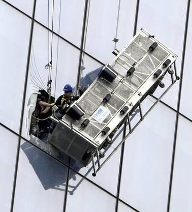 Beim Riss eines Halteseils ihrer Trageplattform in 240 Meter Höhe haben zwei Fensterputzer am Mittwoch wohl den Schrecken ihres Lebens davongetragen.