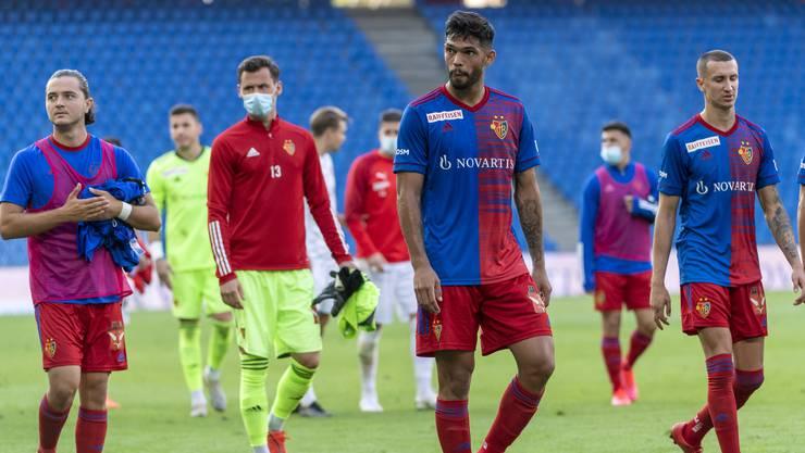 Die FCB-Spieler verlassen nach dem Unentschieden enttäuscht den Platz.