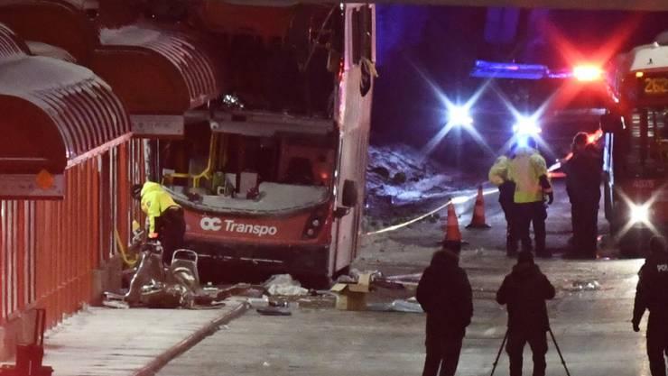 Beim Unfall wurde beim Doppeldecker-Bus ein grosser Teil der oberen Busetage abgerissen.