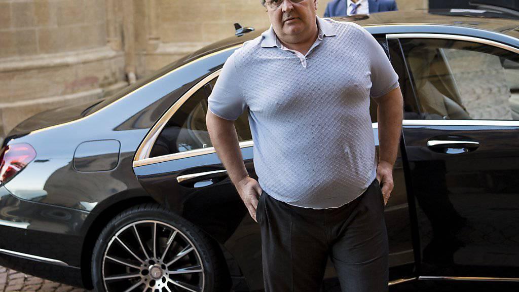 Bulat Tschagajew, ehemaliger Präsident des FC Neuchâtel Xamax, fuhr im August 2016 mit einer Limousine vor dem Strafgericht Neuenburg vor. Seit er 2013 die Schweiz verlassen musste, hat er seinen Wohnsitz in Moskau. (Archivbild)