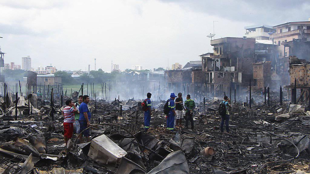 Ein Grossbrand in Brasilien zerstörte am Dienstag viele Häuser in einem Armenviertel.