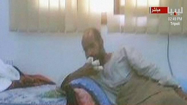 Nach seiner Verhaftung: Saif al-Islam mit bandagierten Fingern. AFP