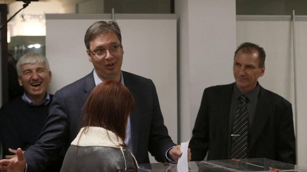 Regierungschef Aleksandar Vucic am Sonntag bei der Stimmabgabe.