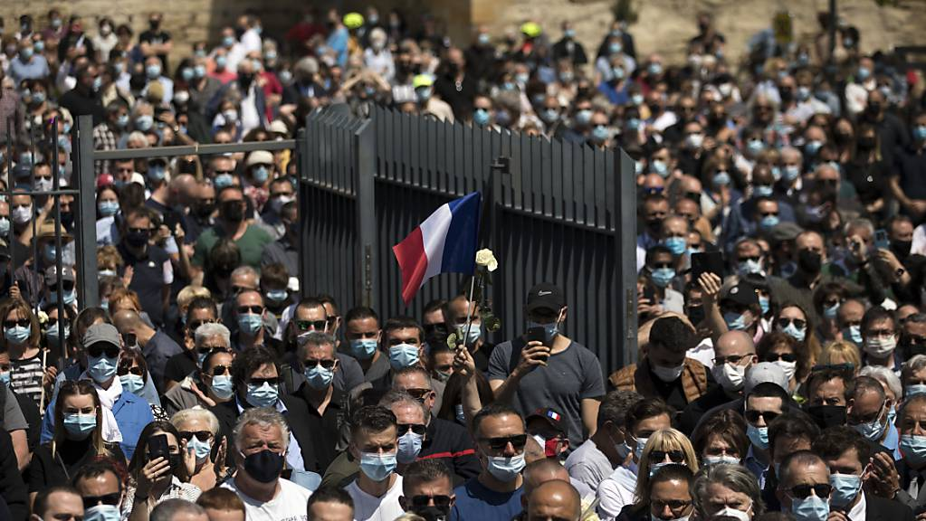 Polizeibeamte und Zivilisten versammeln sich an einer Polizeistation in Avignon, um des Todes eines Polizisten zu gedenken, der an einem Drogenumschlagplatz getötet wurde.
