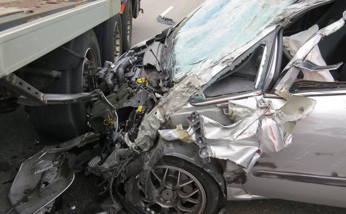 Trotz Totalschaden verletzte sich keiner der beiden Fahrer.