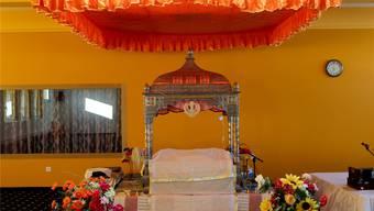 Für die heutige Einweihungsfeier bereit: Der Gebetsraum bzw. Ruheraum für das heilige Buch, den Guru Granth Sahib, im neuen Gurudwara der Sikh-Gemeinde Schweiz in Däniken.