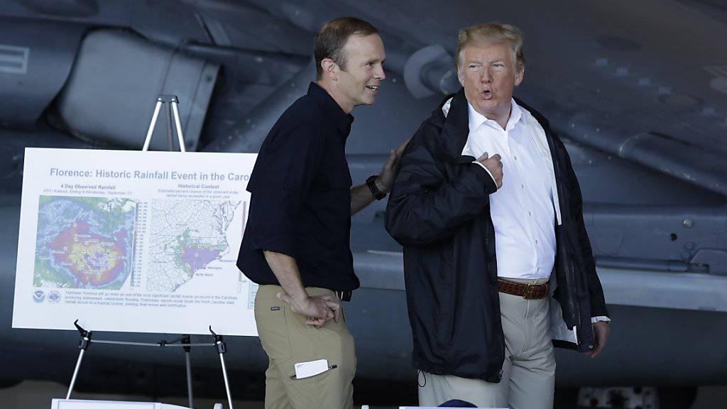 Der abtretende Chef der US-Katastrophenschutzbehörde, Brock Long, mit Präsident Donald Trump. (Archivbild)