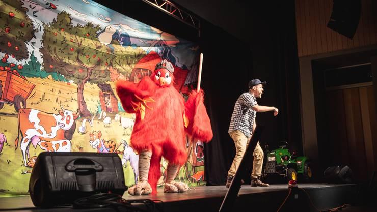 Gollo und sein Papagei Papagallo erzählten im Parktheater von ihren Abenteuern.
