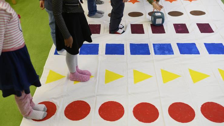 Schulreife Kinder müssen unter anderem die Farben benennen können.