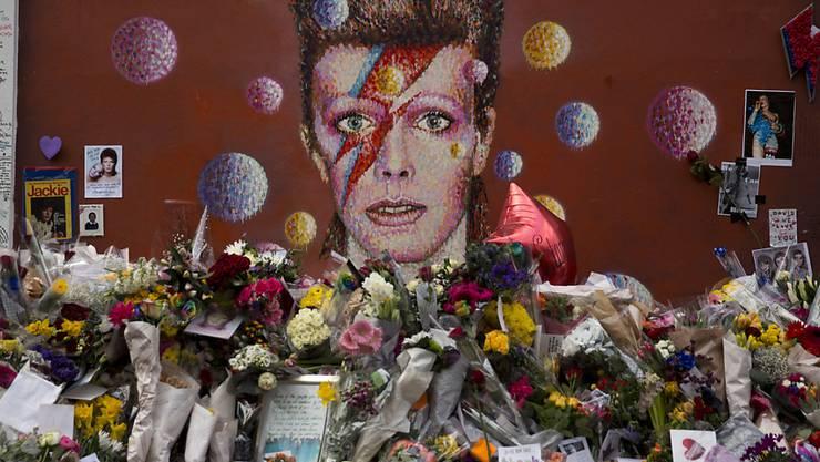 Andenken an David Bowie in London - die sterblichen Überreste des Sängers sollen auf der Insel Bali ihre letzte Ruhe finden. (Archiv)