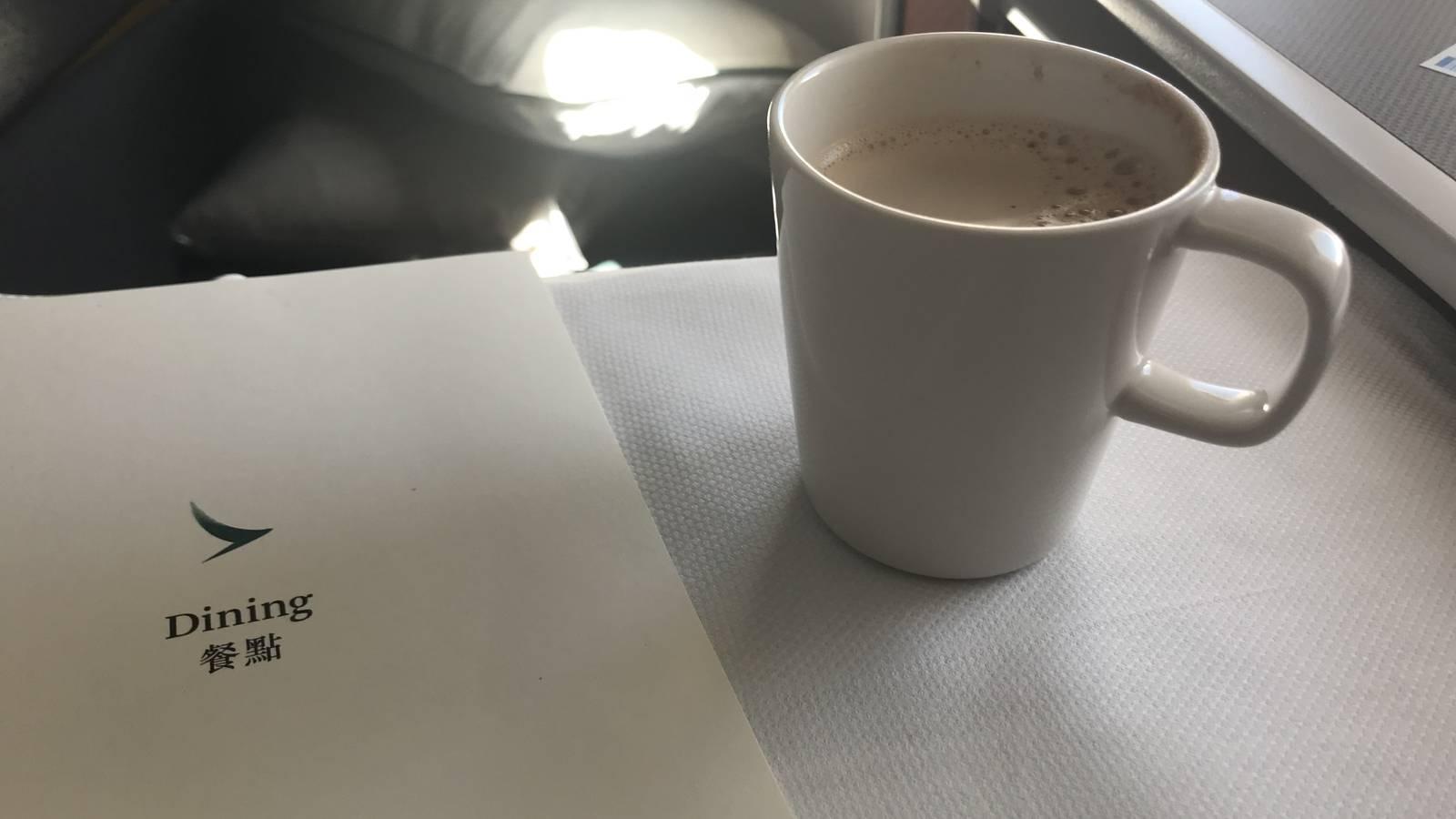 «Sie müssen unbedingt Hong-Kong-Tee probieren», meinte die Flight Attendant. Lecker! (© Radio Argovia)