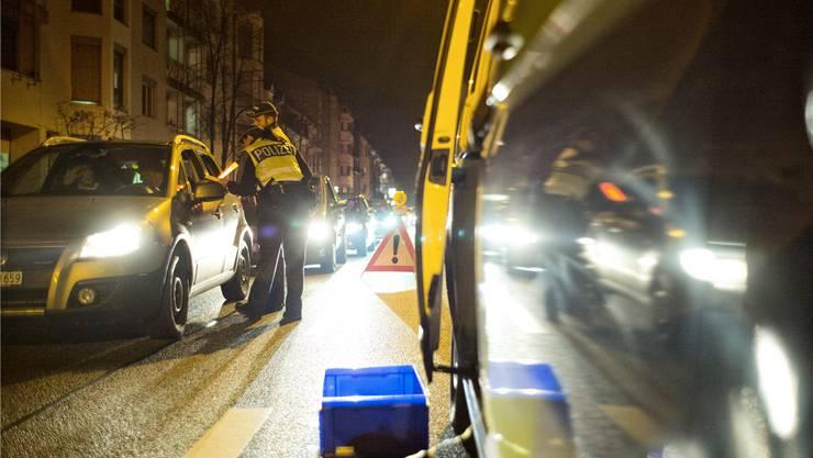 Einmal kräftig blasen, bitte! Bei der «Aktion Via» legt die Kantonspolizei Basel-Stadt ein besonderes Augenmerk auf Alkohol und Drogen.