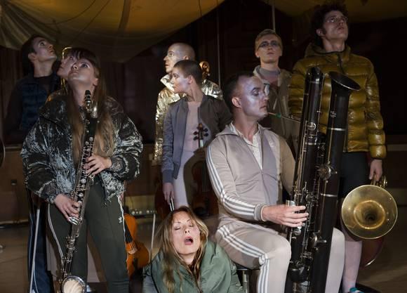 """Produktion """"KOLIK"""" von Reinald Goetz Musiktheaterprojekt von Jannik Giger, Leo Hofmann und Benjamin von Bebber mit Sarah Maria Sun Der """"Gare du Nord"""" eröffnet die Saison 2018 mit """"Kolik"""" von Rainald Goetz."""