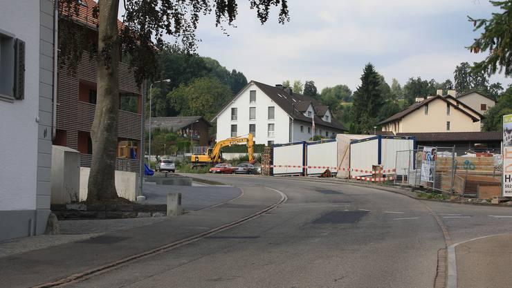 Legende: An der Aettenbergstrasse wird munter weitergebaut und der Verkehr nimmt weiter zu; beste Ausgangslage für die Beantragung von Tempo 30.
