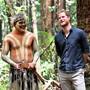 Prinz Harry mit Aborigines auf der australischen Insel Fraser: Mitglieder des Volkes der Butchulla zeigten dem Herzog von Sussex die Natur der Insel, während seine schwangere Frau Meghan in einem Luxusressort etwas kürzer trat.