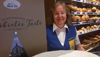 Inhaberin Jeannette Alt mit der begehrten Zurzibieter Torte.