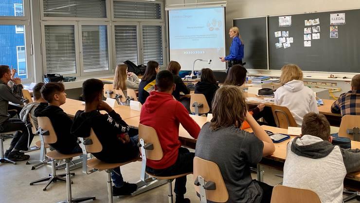 Gespannt verfolgen die Schülerinnen und Schüler der Rothrister Oberstufe die Ausführungen der Regionalpolizistin.