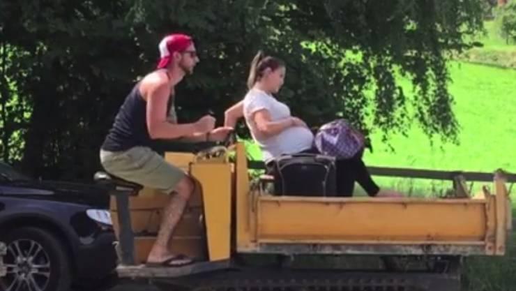 Manu Burkart (l) und seine hochschwangere Gattin Michèle rasen am Sonntag ins Spital. Es soll knapp gereicht haben: Mutter und Sohn sind wohlauf. (Screenshot Facebook)