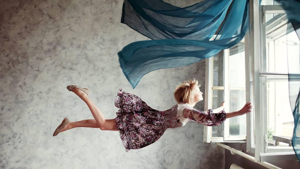 Frau fliegt