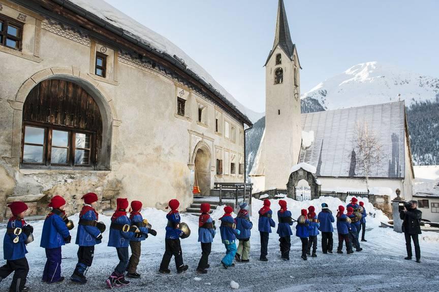 Am «Chalandamarz» werden die Wintergeister vertrieben. (Keystone/Christian Beutler)