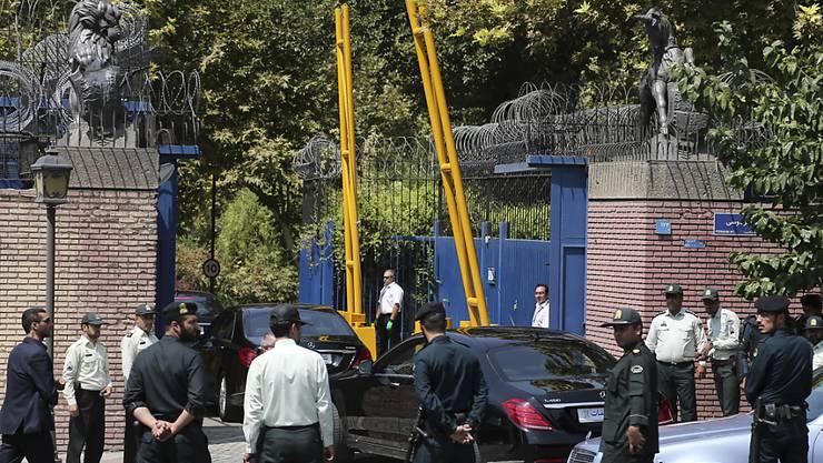 Hohe Sicherheitsvorkehrungen beim Eintreffen des britischen Aussenministers Hammond in der Botschaft von Teheran.