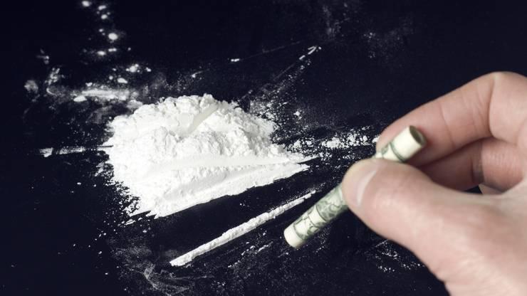 Kokain kann man rauchen oder spritzen. Die meisten Kokser sniffen das Pulver, das heisst, sie ziehen es durch die Nase ein. Über die Schleimhäute wird das Kokain (ein wasserlösliches Salz) schnell absorbiert.