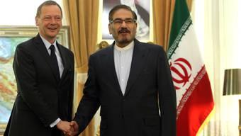 Der französische Gesandte Emmanuel Bonne (l) traf am Mittwoch in Teheran den Vorsitzenden des Nationalen Sicherheitsrats, Ali Schamchani, um ein Scheitern des Atomabkommens mit dem Iran zu verhindern.