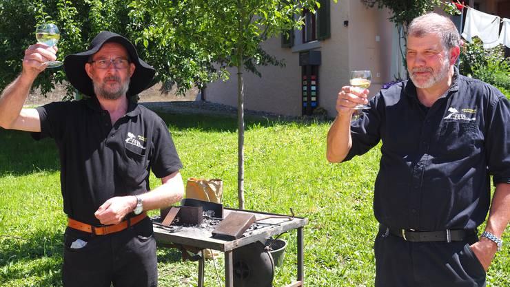 Mit einem dreifachen «Gut Brand» stiessen Bernhard Steimer (links) und Daniel Hitz auf zehn Jahre Köhlereiverein Siggenthal an.