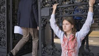 Eine Klimaaktivistin von Extinction Rebellion hat sich ans Eingangstor des Parlamentsgebäudes gekettet am Rand der Sommersession der Eidgenössischen Räte, am Dienstag, 18. Juni 2019 in Bern.
