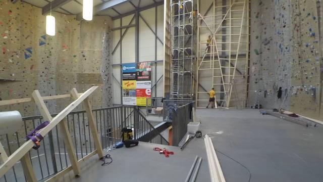 Noch wird gebohrt und geschliffen an der neuen Kletterwand im Kraftreaktor Lenzburg.