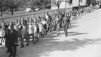 Schüler und Lehrer aus Aarburg - darunter Peter Grendelmeier - am 8. Mai 1945 unterwegs zu einer Feier im Gemeindewald anlässlich des Kriegsendes.