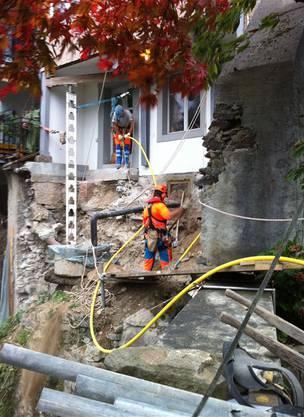 Es galt auch, die Wasser- und Kanalisationsleitungen zu sichern. Die Leitungen befanden sich in der auf dem Felsen aufgesetzten Terrassenmauer. Die Mauer stand auf kantonalem Boden.